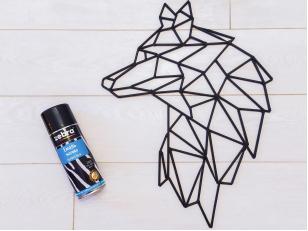 Простой и стильный DIY-арт на стену: аэрозольная краска, шпажки и клей