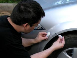 Краска-карандаш для авто: чем она лучше автосервиса и как пользоваться?