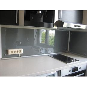 Кухонный фартук из стекла с вырезом,покраска в 1 цвет - изображение 2 - интернет-магазин tricolor.com.ua